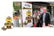 Los vendedores y vendedoras de prensa de Granada colaboran con su Ayuntamiento en la campaña de recogida de pilas
